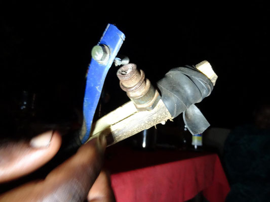 Sylvesterknallerei der tansanischen Art mit der Zuendmischung von Streichholzkoepfen und einer Schlagmaschine aus einem alten Fahrradschlauch.