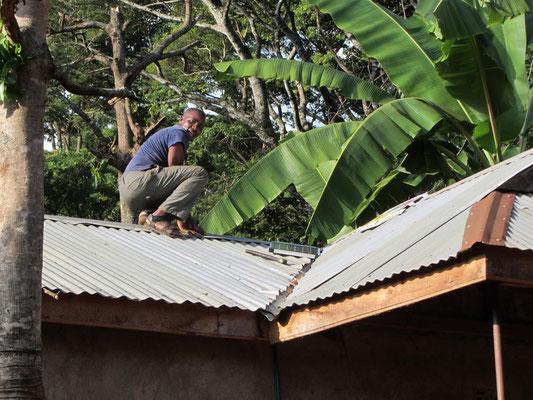 Der tansanische Freund bei der gemeinsamen Montage seines neuen Solarpanels ...