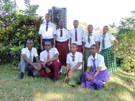 Schülerinnen und Schüler, die wegen ihrer vorbildlichen Sauberkeit belobigt wurden. Für mich DIE Gelegenheit, als Anerkennung dafür die vom Schulelternbeirat der KSF gespendeten Schul-T-Shirts und Kappen zu verteilen.