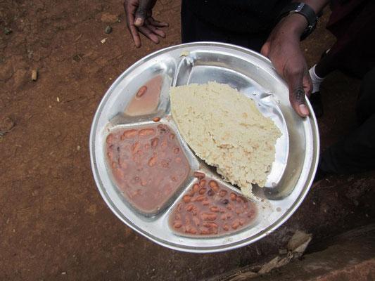 Ein typisches Mittagessen eines Schuelers: Ugali (Maisbrei) und Bohnen