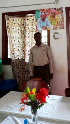 Der Schulleiter der Kishumundu Secondary School James Kiwara hat ihn auch, den Afrikakalender von HELFEN MACHT SCHULE!