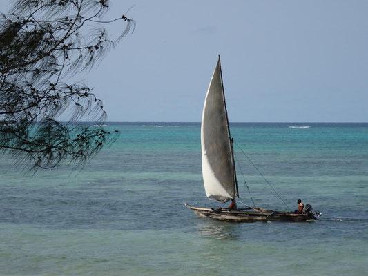 Dhau im indischen Ozean an der Ostküste Sansibars.