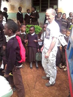 Bei einem kurzen Besuch einer Grundschule in der Nähe. Beim anheben des 100 kg schweren Maissacks sind die Schüler erfolglos geblieben. Bild: Joseph Minde