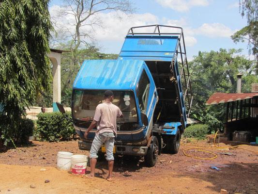 Der Schul-LKW bekommt eine pflegende Wäsche.