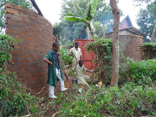 Die Einfahrt wird durch schneiden der Hecke freigelegt.
