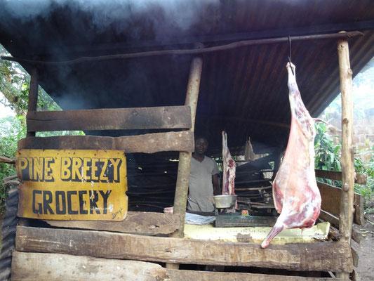 Ein Metzger bietet in einem Vorort von Moshi frisch geschlachtetes Fleisch an.
