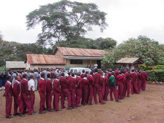 Morgentlicher Besuch des Schulbeauftragten der Diozöse in der Schule. Anschließend meine Vorstellung und Begrüßung durch die Schulgemeinschaft.