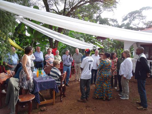 Festlicher Empfang im Haus des ehemaligen Schulleiters James Kiwara.