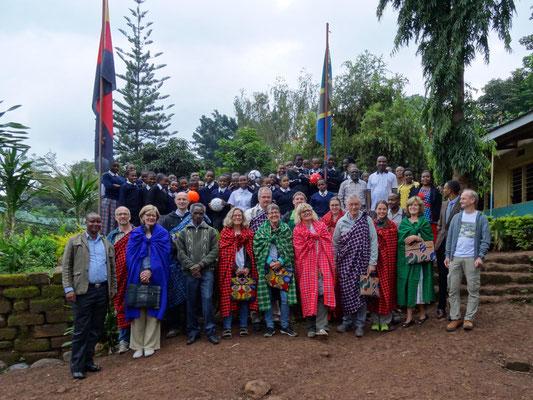 Die zweite Gruppe beim Besuch in der Kishumundu Secondary School.