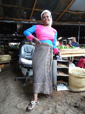 Verkäuferin auf dem Mbuyuni-Markt von Moshi.