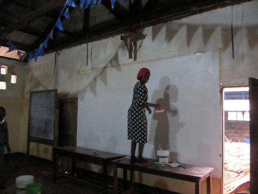 Salome Mungure streicht noch schnell eine Projektionsflaeche fuer die Kinovorfuehrung.