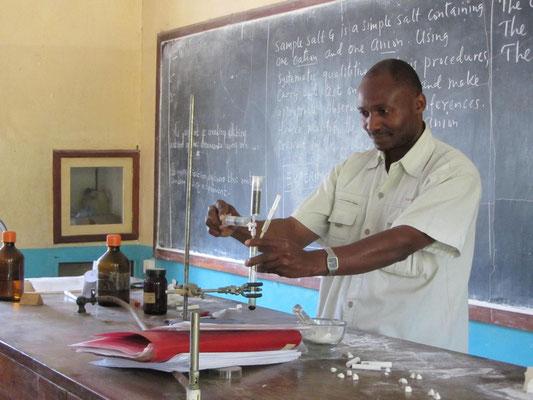 Mein Kollege Wilson Kira erzeugt im Unterricht Chlor mit der im Workshop von mir vorgestellten Microscale-Technik.