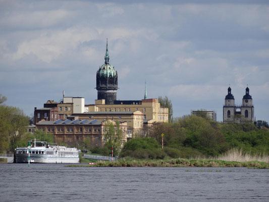 Blick über die Elbe auf die Schloss- und die Stadtkirche von Lutherstadt Wittenberg.