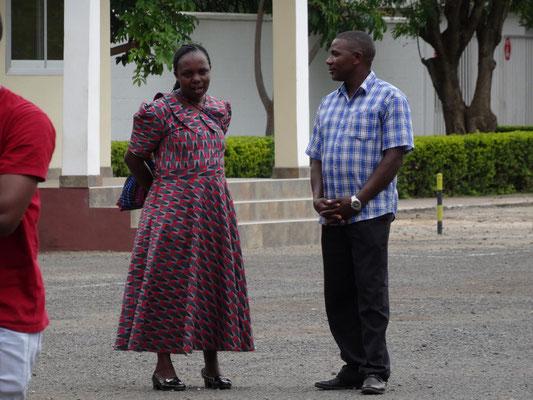 Die Köche der Kishumundu Sec. School, Fr. Minja und Joseph Minde, tragen heute einmal nicht ihre Arbeitskledung.