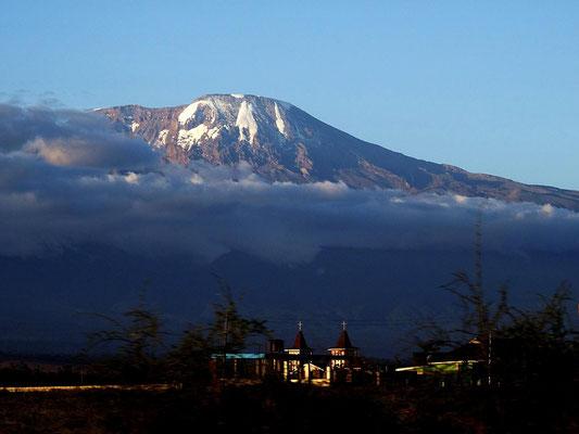 Seltener Anblick aufgrund der häufig sehr starken Bewölkung: Der Kilimandscharo im Abendlicht.