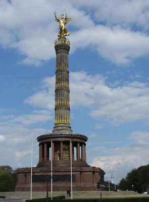 Siegessäule und Strasse des 17. Juni in Berlin.