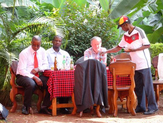 James Kiwara versorgt seine Gäste im WM-Look mit Getränken.