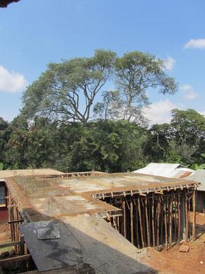 Das frisch betonierte Dach des zweiten Anbaus der Maedchenunterkunft.