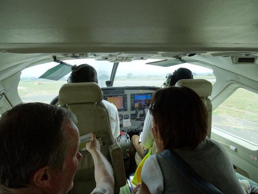 Hier kann man den Piloten bei der Arbeit über die Schultern schauen. Eine wunderbare Unterhaltung - wer braucht da Entertainment-Programm mit Filmen, Musik etc. ?