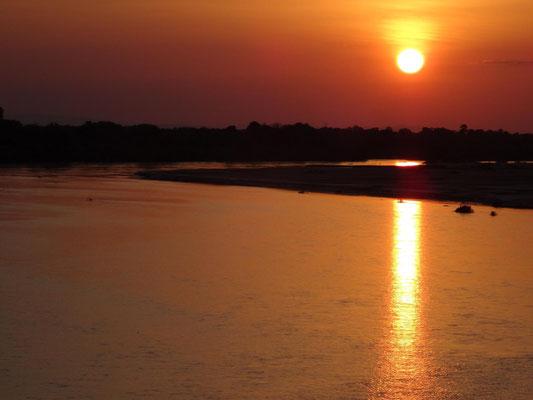 Sonnenuntergang am Rufiji, direkt vom Sessel auf dem Lodge-Aussichtsplatz am Ufer. Klick auf das Bild startet einen Film.