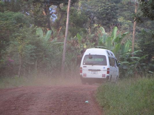 Voll beladenes Dalla-Dalla: Bitte beachten sie die an der linken Seite aus dem Fahrzeug hängenden Fahrgäste.