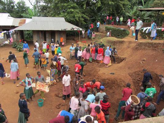 Am heutigen Samstag waren die Schüler überall auf dem Gelände am arbeiten: Aufräumen, Gärtner- und sogar Erdarbeiten für den zweiten Erweiterungsbau des Mädchenwohnhauses wurden erledigt.