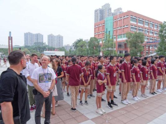 Montag morgen: Fahnenappell am Dongguaner Fremdsprachengymnasium.