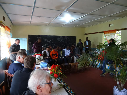 Begrüßung durch das Kollegium der Kishumundu Sec. School (KSS).