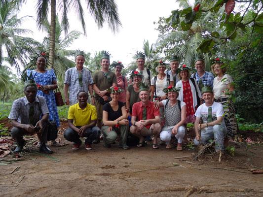 Gruppenbild mit besonderer Ausstattung der Gäste auf einer Gewürzfarm auf Sansibar.