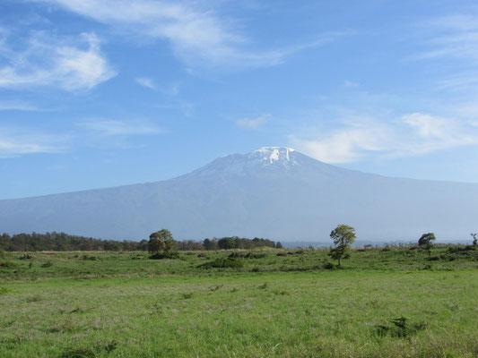 Der Kilimandscharo auf der morgentlichen Fahrt vom Flughafen nach Moshi ...