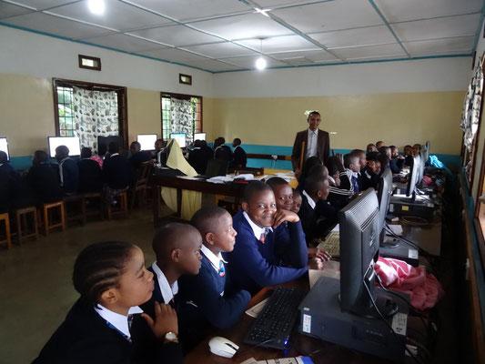 Der mit Helfen macht Schule-Unterstützung eingerichtete neue Computerraum der KSS.