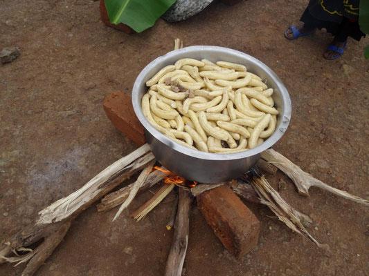 Großmengen-Zubereitung von Kochbananen.
