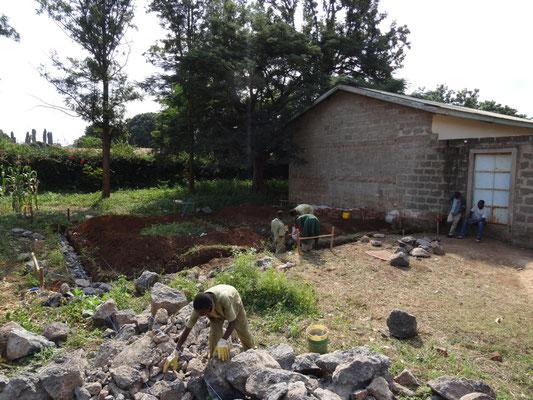 """In """"unserer"""" Berufsschule (VTC) haben die Bauarbeiten fuer zwei weitere Klassenraeume begonnen."""