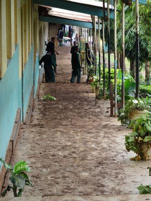 Regen lässt die Wege auf dem Schulgelände sehr schlammig werden - man wächst mit jeden Schritt. Natürlich verursacht dies auch eine erhebliche Verdreckung der Klassenzimmer und Wege.