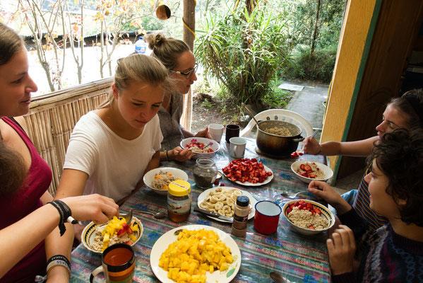 frühstück in der fundación - annika, ich, miri, aster, chrissi (&klara)