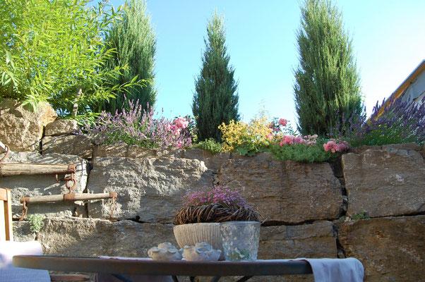 Sonnenterasse mit gemütlicher Sitzecke und Grillmöglichkeit