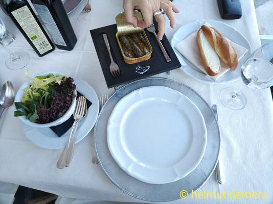 mein menü, jahrgangssardinen in der dose mit frischen ofenbrot und salat / sardinen aller jahrgänge und propduzenten und regionen.