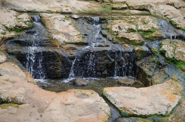 Sogar Figuren im Wasserfall