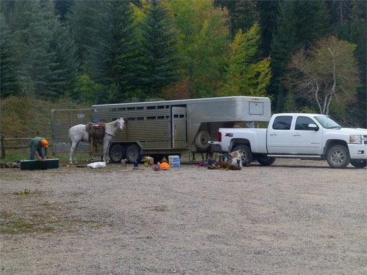 Mit den Pferden geht's hier im Wilden Westen auf die Jagd