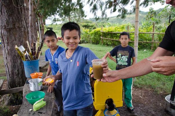 Die Jungs waren sehr geschäftig und verkaufen Zuckerrohrsaft...