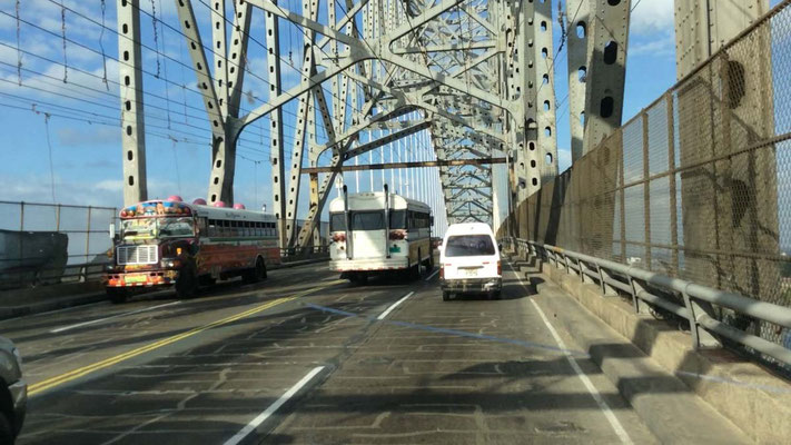 Wir fahren die Puente de las Amerikas über den Panamakanal