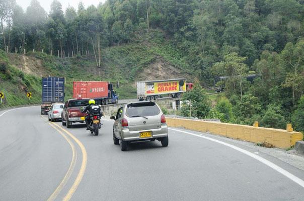 In den Bergen geht es nur langsam hinter den LKW's her