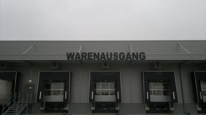 Forexbuchstaben stehend auf Vordachkonstruktion