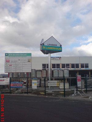 Werbeturm mit freigestellten Leuchtkästen auf Stahlmast