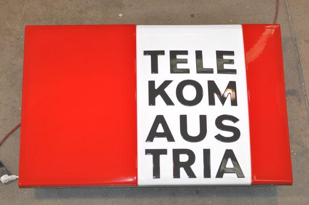 Tiefgezogene Plexifront aus mehreren Farben mit erhabenen Acrylbuchstaben