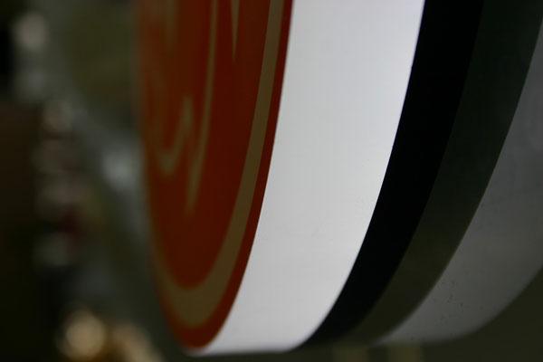 Detail Vollacrylbuchstabe mit frontalem & seitlichem Lichtaustritt