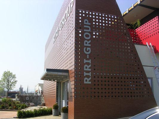 CNC gefräste Schrift aus Alu Dibond mit Edelstahl optik, mit Distanz an die Fassade montiert