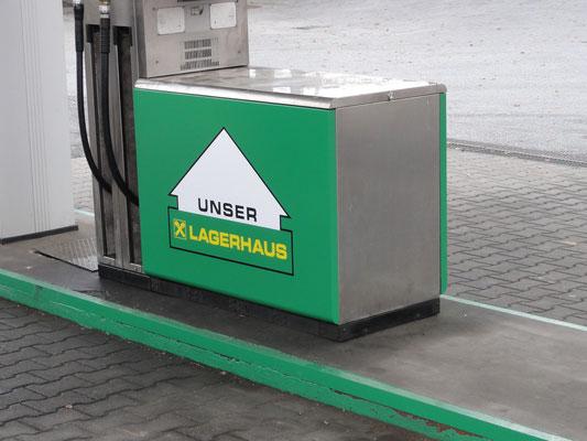 Tankstellenbeschriftung mit chemiekalienresistenter Folie