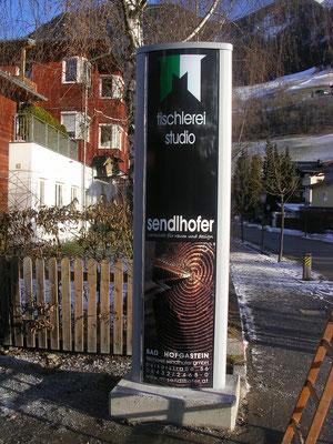 bombierter Werbeturm,beschriftet im Digitaldruck