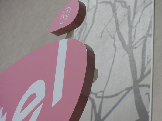Vollacrylbuchstaben mit frontalem Lichtaustritt und lackierten Seitenflächen